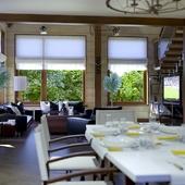 Гостиная-столовая в доме из бруса