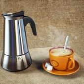 Гейзерная кофеварка и кружка кофе