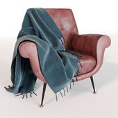 Кожаное кресло с пледом
