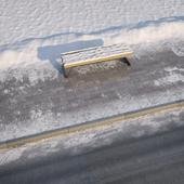 зимний тротуар с дорогой