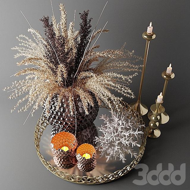Букет из сухих цветов в стеклянной вазе на подносе
